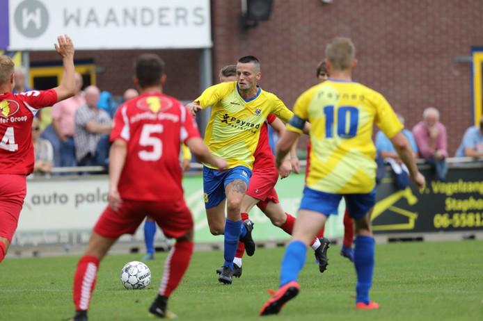 De 1-0 van Staphorst in de maak. Justin Benjamins zoekt de combinatie met Martijn Brakke (10).