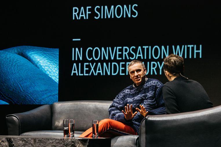 Een klein jaar na zijn ontslag bij Calvin Klein liet Raf Simons zich verleiden tot een livegesprek, voorafgaand aan de Belgian Fashion Awards in Antwerpen. Beeld Fille Roelants