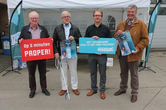 Hugo Vandaele (burgemeester Beersel), Paul Defranc (schepen Sint-Pieters-Leeuw), Stijn Quaghebeur (schepen Dilbeek) en Johan Servé (schepen Halle) stellen trots het resultaat van de zwerfvuilactie voor.