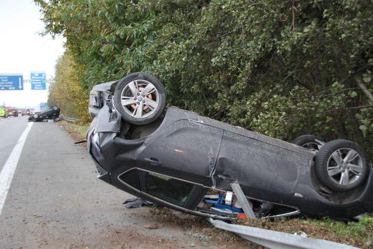 Net voor de verkeerswisselaar van de E403 en de A19 in Moorsele gingen twee voertuigen na een botsing over de kop.