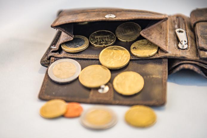 Een portemonnee met wat kleingeld daarin. In Nederland leven veel mensen van een minimuminkomen en daardoor moeten zij op elke euro letten.
