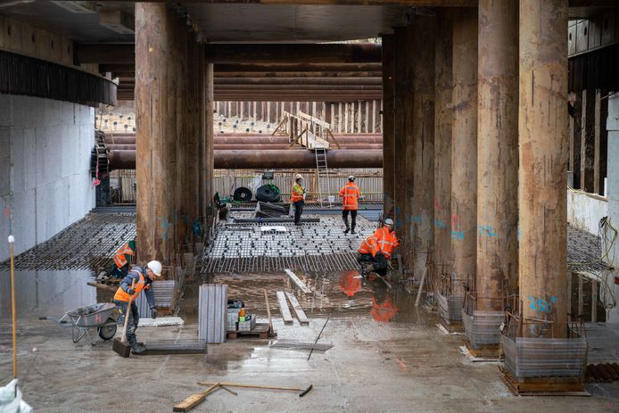De tunnelbak krijgt vorm, vanaf de noordkant van het spoor is de doorkijk naar de zuidkant helemaal open.