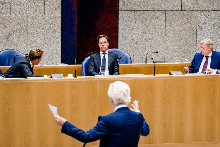 Geert Wilders (PVV) wil een einde aan de 'anderhalvemeterdictatuur', hier in debat premier Mark Rutte, minister Hugo de Jonge en minister Martin van Rijn.  Beeld ANP