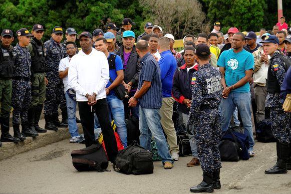Onder begeleiding van Venezolaanse veiligheidstroepen wachten de 59 Colombianen op de Simon Bolivar-brug op het moment dat ze de oversteek kunnen maken naar hun vaderland.