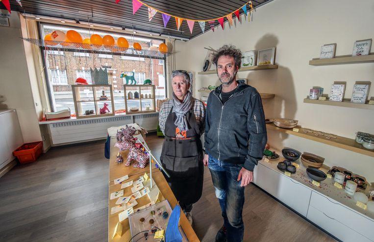 Bruno Libbrecht en Benedicte Dejaegher in de pas opgeknapte winkel van Het Heilig Hart Ziekenhuis in Ieper.