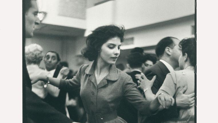 Dansavond voor Joodse jongeren in Amsterdam, 1957/58, met in het midden Stanny van Baer, Miss International in 1961. Beeld Lenoard Freed/Magnum Photos