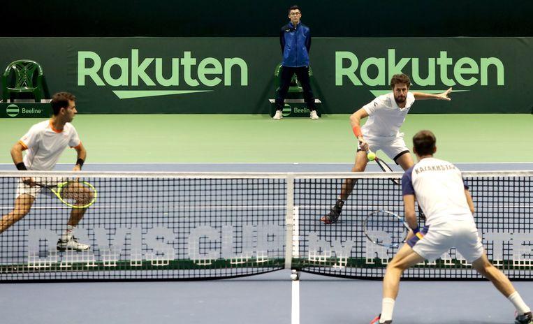 Robin Haase (R) and Jean-Julien Royer (L) tijdens de wedstrijd met Kazachstan. Beeld EPA