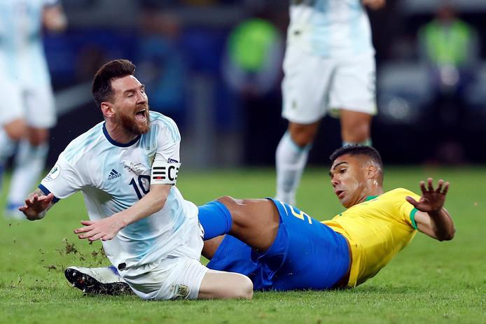 Casemiro schoffelt Lionel Messi onderuit tijdens Brazilië - Argentinië afgelopen zomer.
