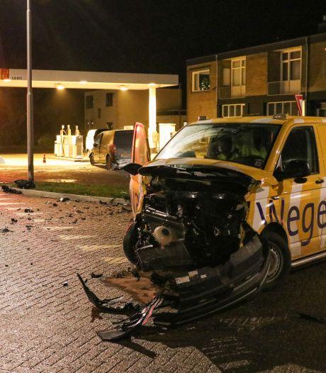 Wegenwacht kan niet verder na knalharde botsing met bestelauto in Nagele