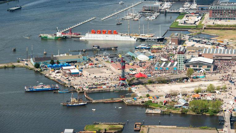 De plannen voor een IJboulevard strekken tot voorbij de NDSM-werf, hier op Koningsdag 2015 Beeld anp