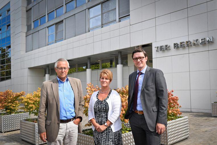 Geert Depondt, voorzitter van het zorgbedrijf, Marian Claeys, directeur van Ter Berken en Steven Verdoolaege, directeur van het Zorgbedrijf Roeselare voor Ter Berken.