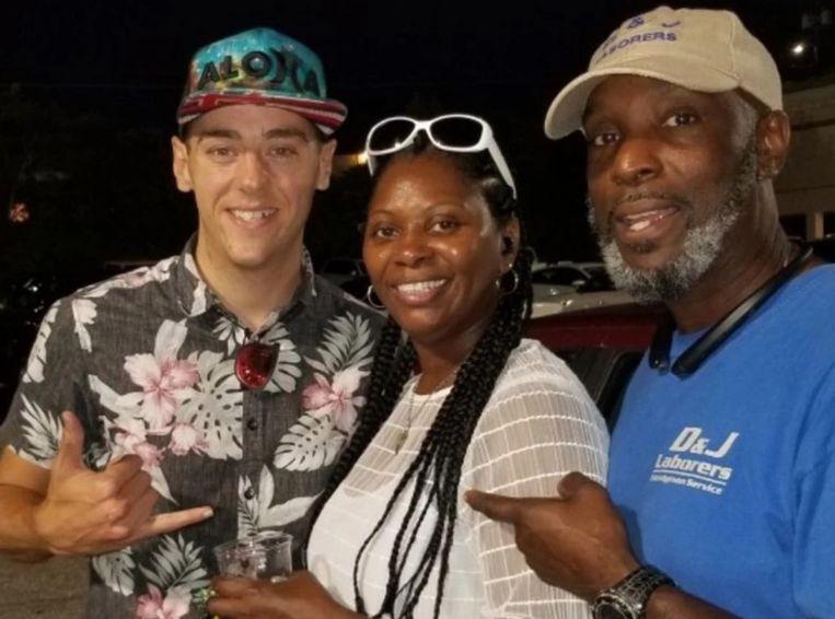 Vlogger Rich Aloha met Raglands moeder en stiefvader.