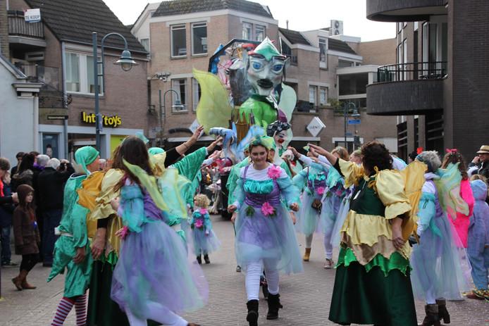De laatste carnavalsoptocht van de Bloemenwijk met Raad van elfen en een sfeervolle act.