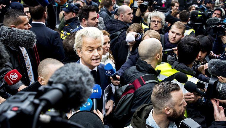Omstuwd door de pers trapt Geert Wilders zijn verkiezingscampagne op gang in Spijkenisse nabij Rotterdam.