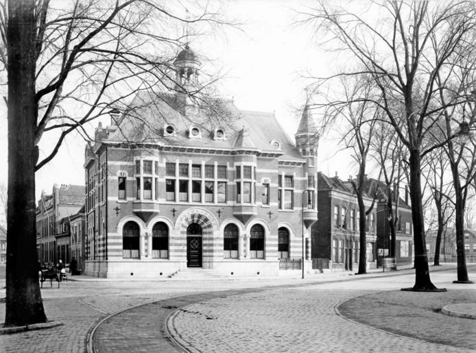 Het nieuwste, nog bestaande bankgebouw. De architect was A. Ek. De rails zijn van de paardentram.