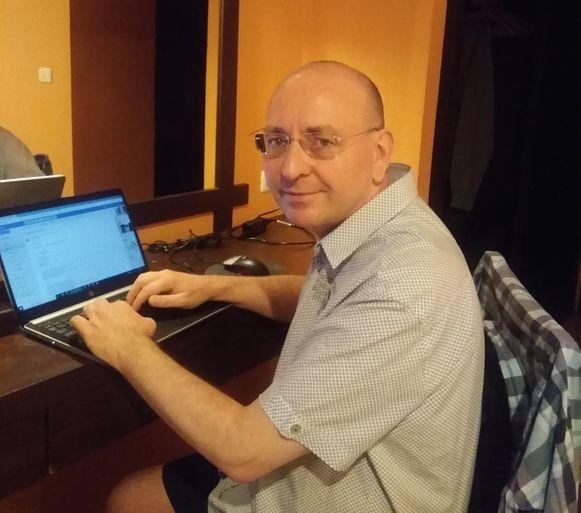 Stefan De Wilde maakt vanuit Thailand radio via zijn laptop.
