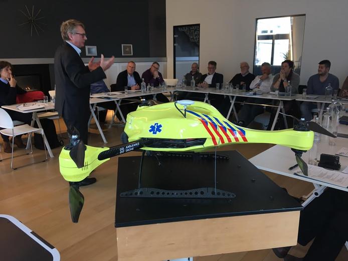 Norbert Fraeyman geeft een Osse delegatie uitleg over de ambulancedrone.