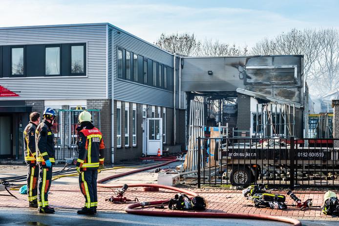 Bij een zeer grote brand in Stolwijk is in de nacht van vrijdag op zaterdag het pand van timmerfabriek André Suijker volledig in de as gelegd. Verschillende brandweerkorpsen uit de Krimpenerwaard en uit de veiligheidsregio Hollands Midden rukten met groot materieel uit, waaronder ook eenheden uit Koudekerk, Leiderdorp en Alphen aan den Rijn. De brandweer was tot in de middag bezig met nablussen en inspectie. Het bedrijfspand is volledig verwoest.