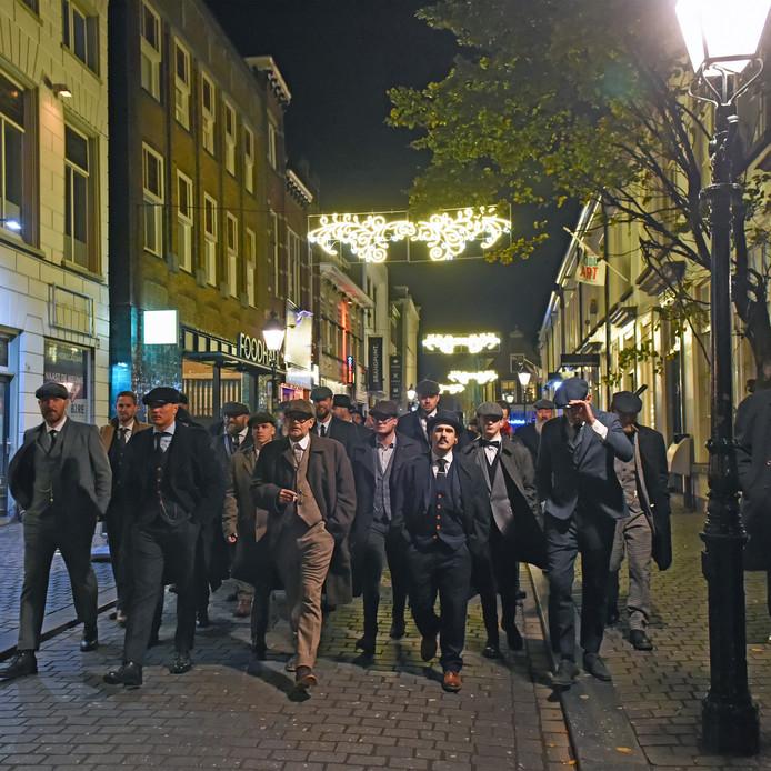 Peaky Blinders-parade trekt door de Bredase binnenstad.