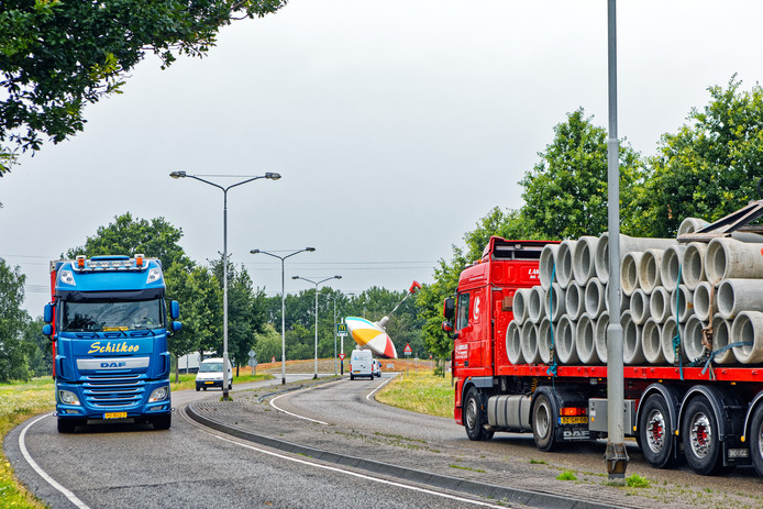 Vrachtwagenchauffeurs die over de Bovensteweg en Weststadweg (op de foto) in Oosterhout of de Rijksweg door Dorst rijden, moeten straks een heffing betalen.