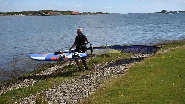 Als Brouwerseiland doorgaat, is het met het surfen in het Grevelingenmeer gedaan, wordt gevreesd. Beeld Marcel van den Bergh