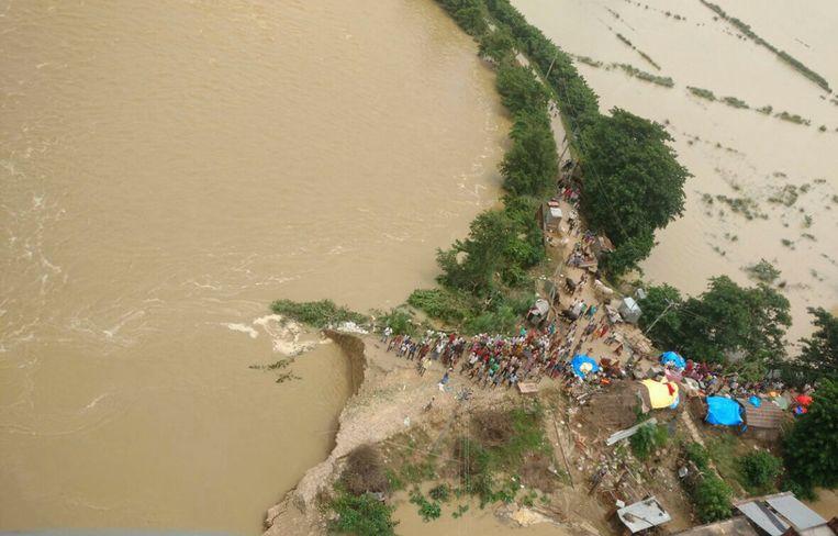 Dorpsbewoners in de deelstaat Uttar Pradesh zoeken een veilig heenkomen na een aardverschuiving. Beeld Hollandse Hoogte