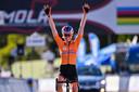Anna van der Breggen viert haart tweede wereldtitel.