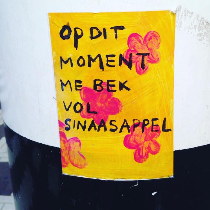 Grappige stickers op palen verkeerslichten in Rotterdam.
