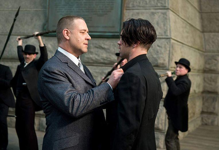 Russell Crowe (links) en Colin Farrell in Winter's Tale Beeld