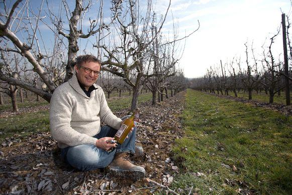 Karel Vaes van Hellingenfort met zijn appelsap 'Rosine'.