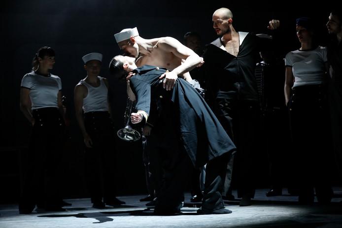 Muzikanten en dansers vermengen zich moeiteloos in 'All hands on deck'.