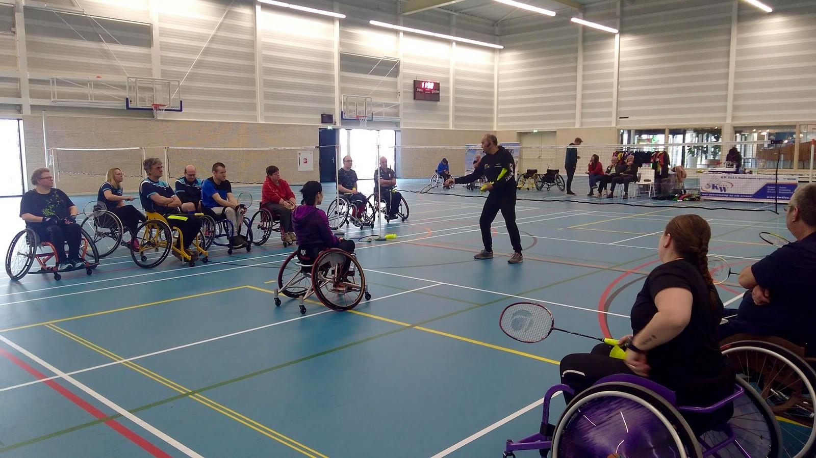 Parabadmintonners krijgen een clinic van professional badmintontrainer Leon Florentinus.