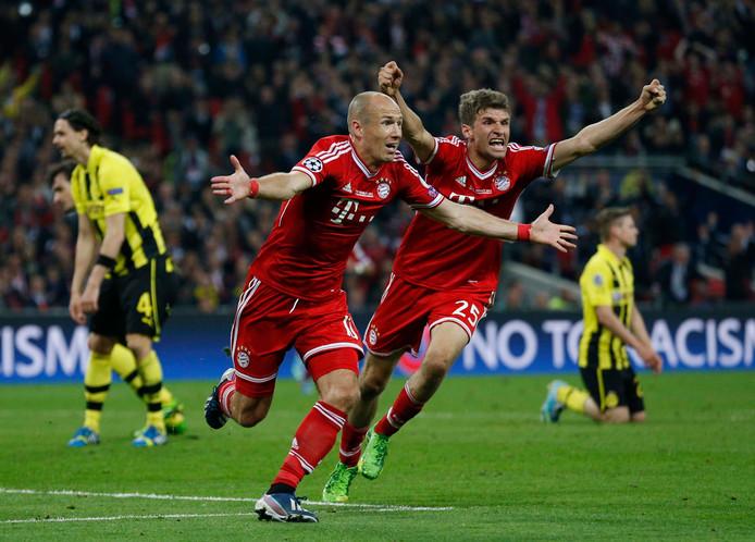Arjen Robben en Thomas Müller vieren feest op Wembley.