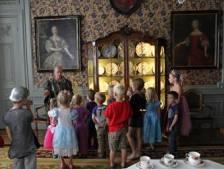 Kinderen kruipen in de rol van jonkers en freules in Laren