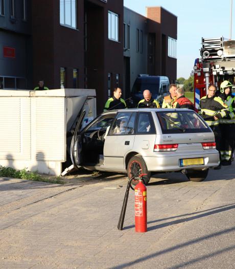 Automobilist rijdt elektriciteitskast binnen in Dodewaard