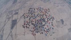 217 skydivers in formatie: zo ziet dat eruit