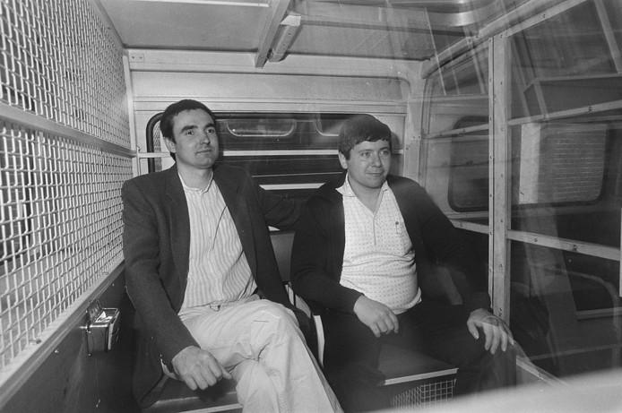 Frans Meijer (links) en Jan Boellaard (rechts) worden in een arrestatiebus naar de rechtbank in Amsterdam gebracht voor de rechtszaak rond de ontvoering van Freddy Heineken en Ab Doderer.