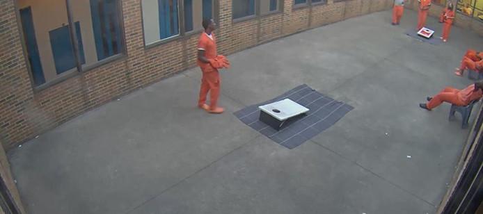 Un prisonnier attend le passage d'un drone