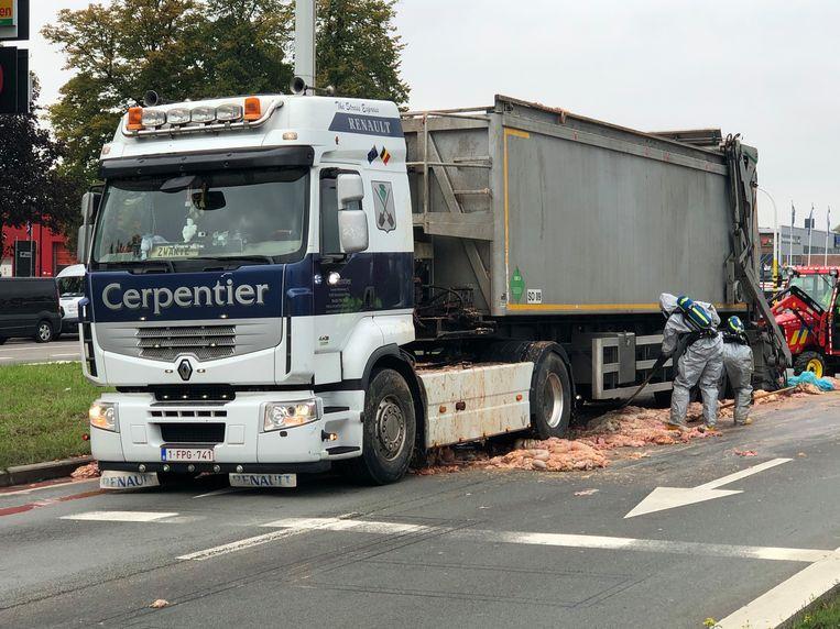 Door een bruusk remmanoeuvre verloor de truck een lading slachtafval.
