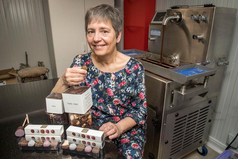 Lieve Vandamme in haar atelier waar ze de veganistische chocolade maakt.