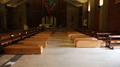 Troosteloze beelden uit Bergamo: kerken gevuld met doodskisten