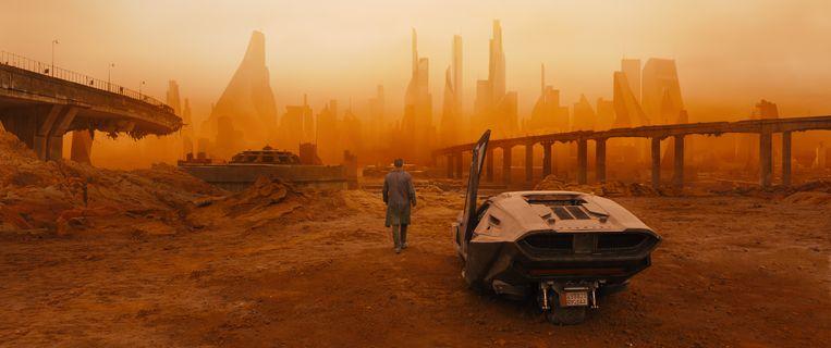 Het sciencefiction-epos 'Blade Runner 2049' speelt zich af in een gigantische metropool gehuld in smog, waarin reclames als 3D-hologrammen tegen je praten. Beeld RV