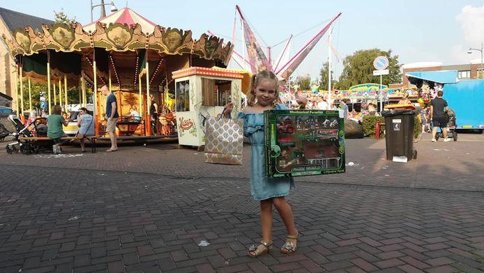 Kindervreugde op de Waspikse kermis met het winnen van een prijs.