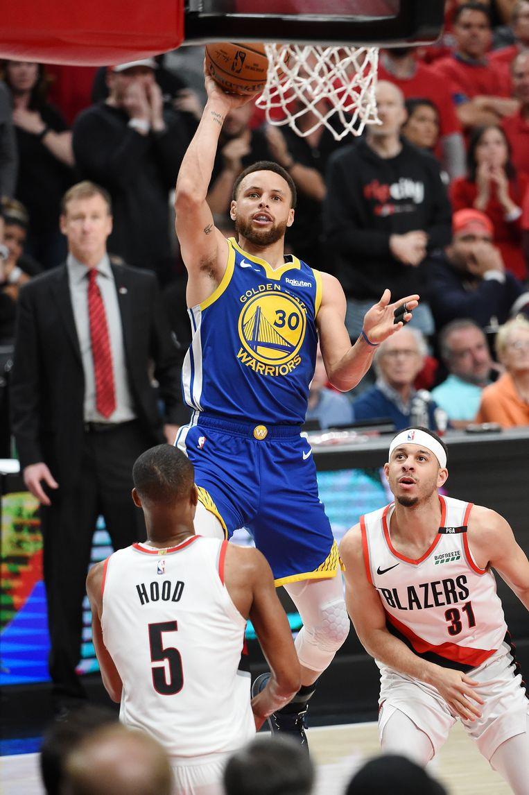 Stephen Curry schiet de bal tijdens de tweede helft tegen de Portland Trail Blazers. Beeld Getty Images
