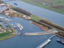 Zeilbootje slaat om in Schelde-Rijnkanaal bij haven Tholen