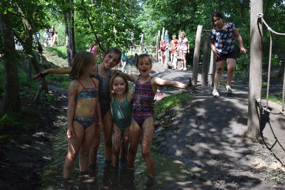 Hittegolf? In de modderstroom van de waterspeeltuin heb je daar geen last van denken de vriendinnen Lore, Hélène, Maud en Marie Lou uit Wippelgem.