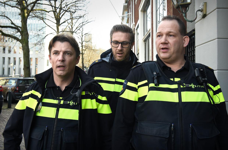 Drie politieagenten in Den Haag. Beeld Marcel van den Bergh