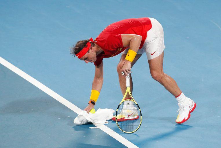 Rafael Nadal droogt wat zweet op aan de baseline.