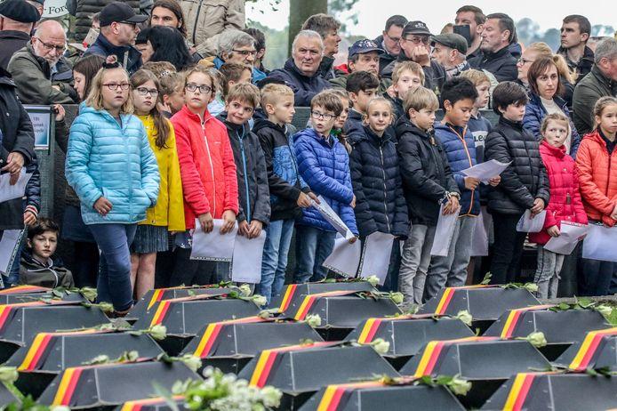 Kinderen van de vrije basisschool Langemark woonden de plechtigheid bij.