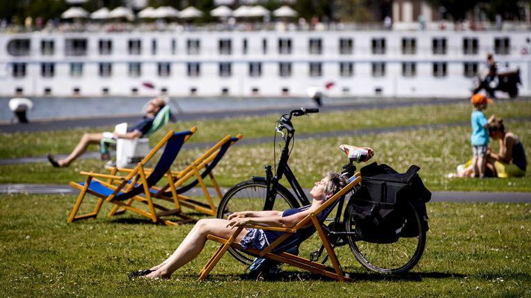 Rotterdammers in de zon. Beeld null